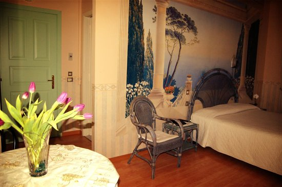 Hotel Parco Europa: Camera spaziosa con vista panoramica.