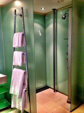 Le Meridien Vienna:                                     Shower.