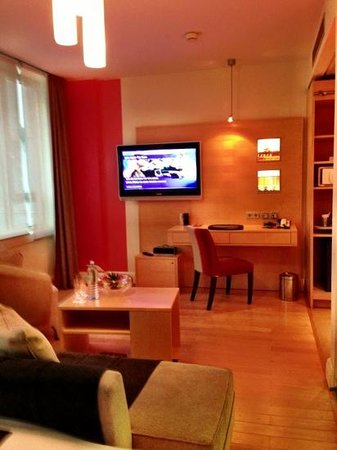 Le Meridien Vienna:                                     Desk and TV.