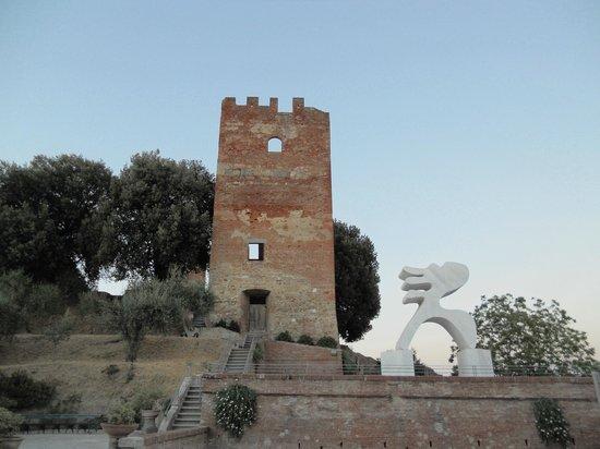 Fucecchio, Italia:                                     Torre Grossa e statua Eloisa di Arturo Carmassi nel Parco Co