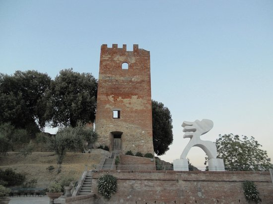 Fucecchio, Włochy:                                     Torre Grossa e statua Eloisa di Arturo Carmassi nel Parco Co