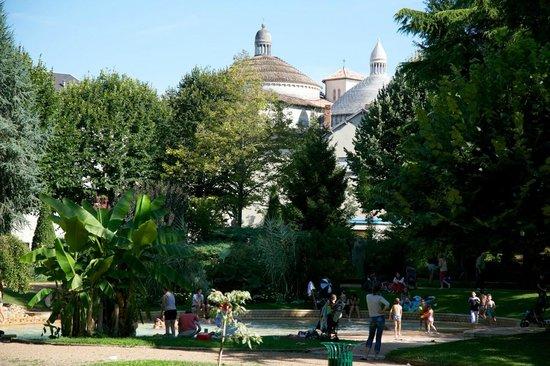 Église Saint-Étienne de la Cité :                   La vue sur l'église depuis les jardins