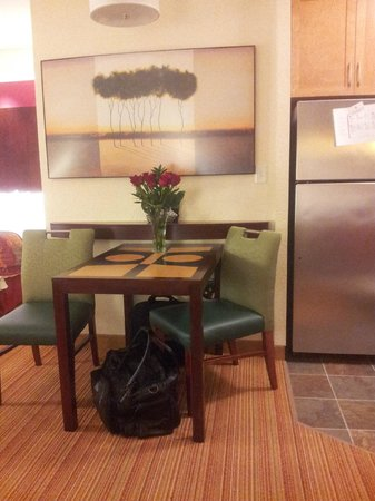 Residence Inn Portland Airport at Cascade Station: Kitchen and dining area.