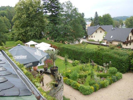Villa Theodor:                   Blick aus dem Zimmer in den Garten...
