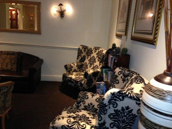 Mercure Altrincham Bowdon Hotel: little reading area