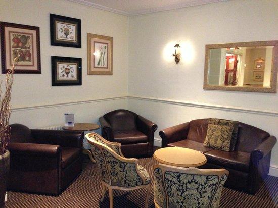 Mercure Altrincham Bowdon Hotel: library area