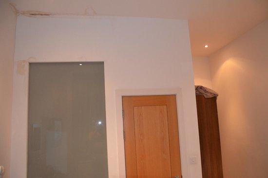 Avni Kensington Hotel:                                     Particolare esterno del bagno (dimensione 1,5mq)