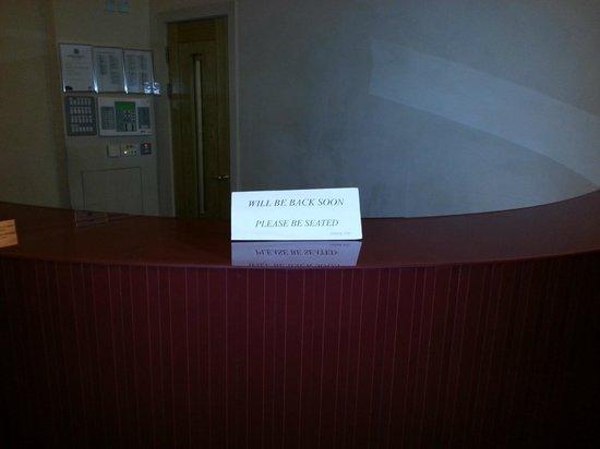 Avni Kensington Hotel:                                     Sedetevi ed aspettate che il portinaio prima o poi arriva.