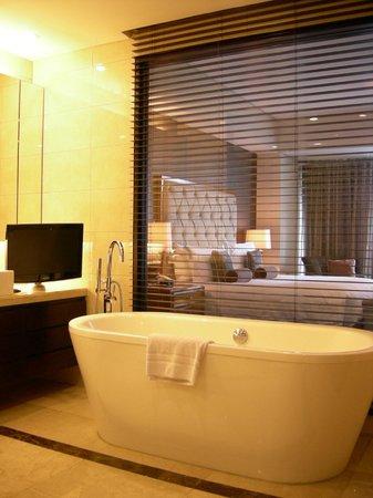 Oakwood Premier Joy - Nostalg Center Manila : Bath tub with TV close at hand
