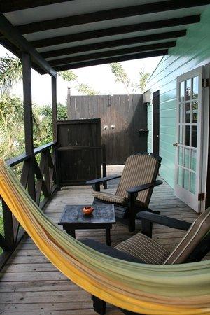 COCOS Hotel Antigua:                   Terrasse mit Aussendusche