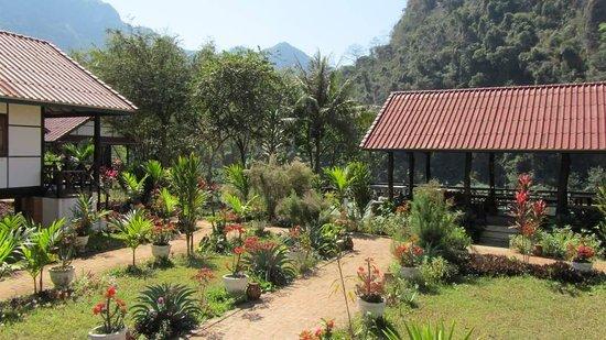 Pha Xang Resort :                   le jardin et la terrasse pour les repas