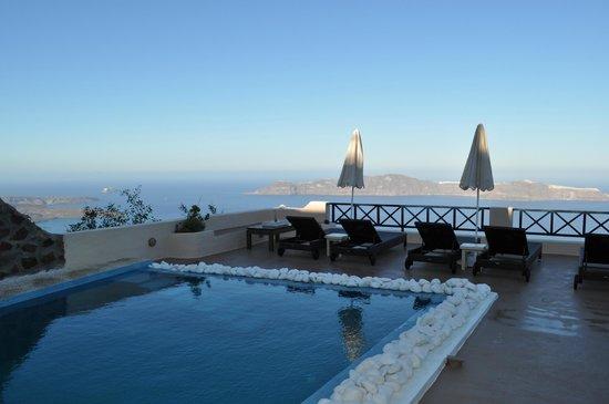 Afroessa Hotel:                   Underbar utsikt på morgonen strax innan solen kommer fram ovanför berget på ba