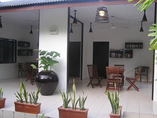 Tropical Resort:                   Common area with library
