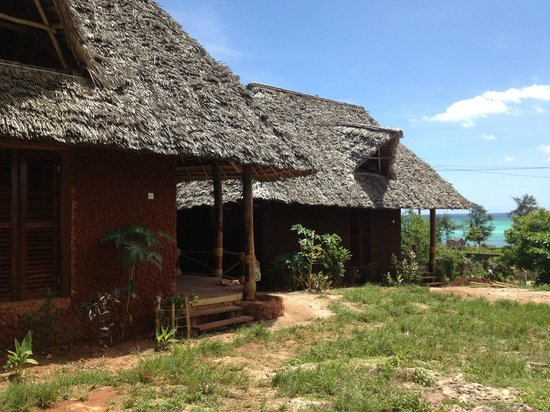 Mabwe Roots Bungalows:                   the  banda with nice view to the beach