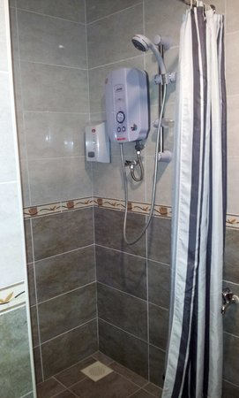 Fenix Inn: Shower