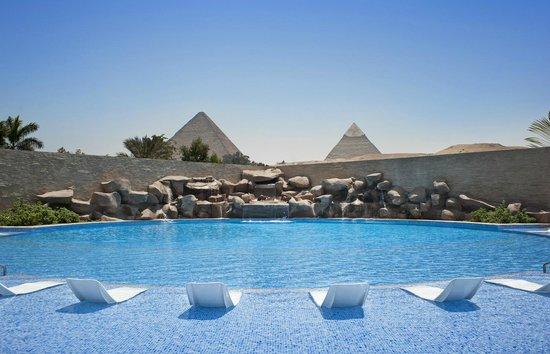 Le Meridien Pyramids Hotel & Spa: Pool Area Pyramids View