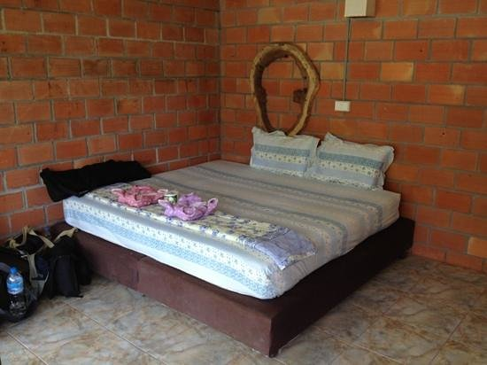 Khao Sok Smiley Bungalow: bed inside B1