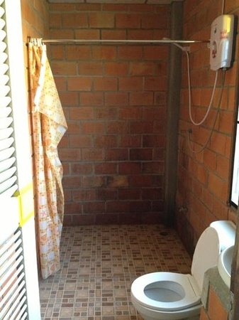 Khao Sok Smiley Bungalow: en suite bathroom