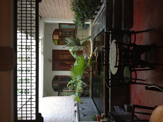 99 Oldtown Boutique Guesthouse: Indoor sitting area with pond