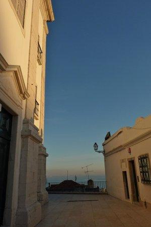 Pateo Santo Estevao:                   La place de l'Eglise Santo Estevao et sa vue au fond