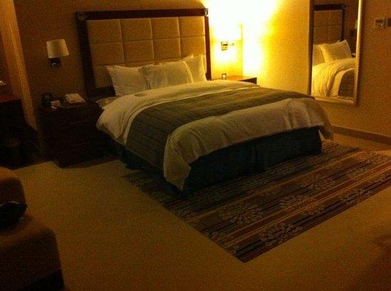 Doubletree by Hilton Ras Al Khaimah: bedroom deluxe suite