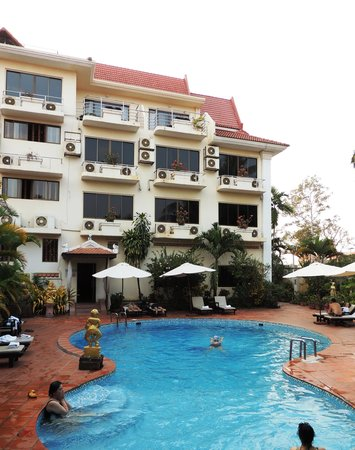 Angkoriana Hotel: Swimming pool, garden