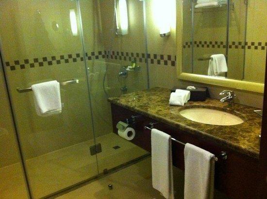 Doubletree by Hilton Ras Al Khaimah: bathroom deluxe suite