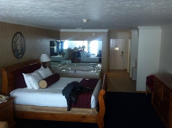 Cherry Tree Inn & Suites: Bed and hot tub