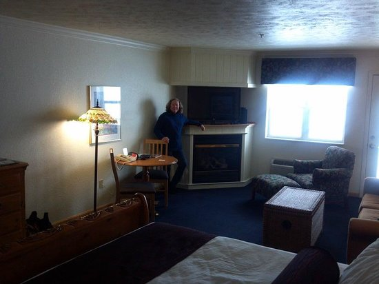 Cherry Tree Inn & Suites : Fireplace and TV