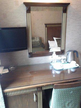 Oran Hotel:                                     commode de la chambre avec télévision