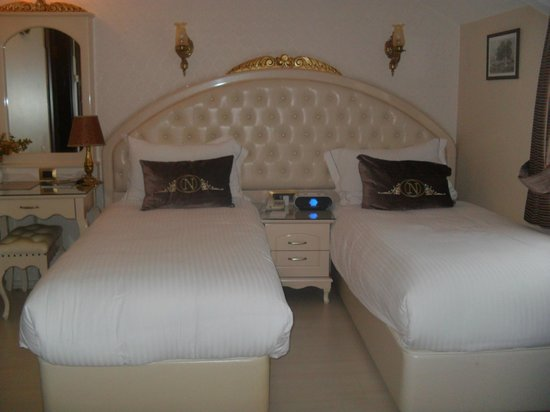 Nena Hotel :                                     Nos lits chambre 405.