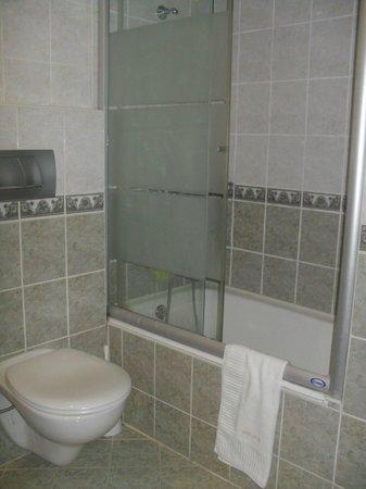 Nena Hotel :                                     Notre baignoire.