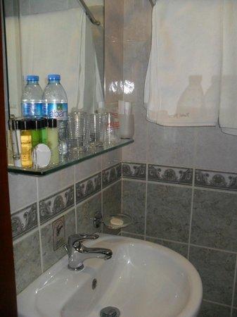 Nena Hotel :                                     Notre salle de bains avec produits de toilette offerts.