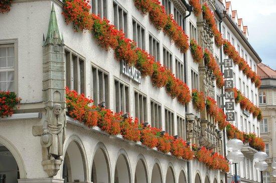 Fassade des Hirmer Stammhauses:                   Die wunderschöne Fassade des Stammhauses