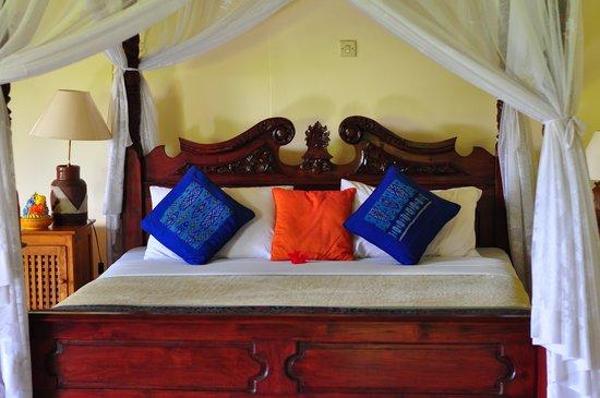 Kebun Indah: Huge bed, comforting blanket