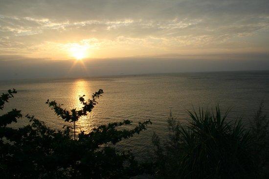 P.P. Erawan Palms Resort:                   Закат в Сансет-баре на восточную часть острова