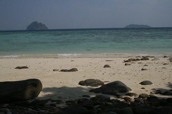 P.P. Erawan Palms Resort:                   вид с пляжа на о.Москито и Бамбуча.