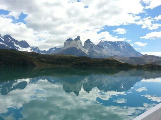 Baqueano Zamora:                                     Los Cuernos del Paine desde el lago Pehoe.