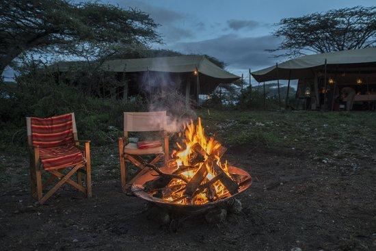 Ubuntu Camp, Asilia Africa:                   Am Lagerfeuer