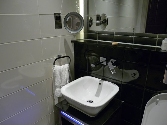 Hotel Indigo London Kensington - Earl's Court: Poor design for sink tap and mirror