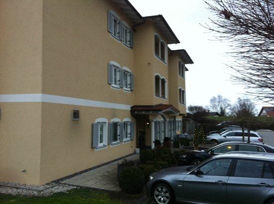 Ampervilla Hotel :                   Eingangsbereich außen