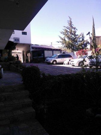 Hotel Quinta Arantxa:                                                       Estacionamiento, jardín y area de desayuna