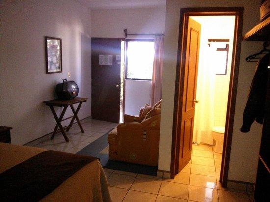 Hotel Quinta Arantxa:                                                       Entrada a la habitación, sillón