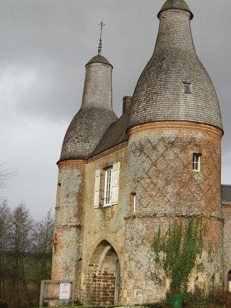 Façade de la Commanderie templière d'Arville avec sa toiture en bardeau de cha
