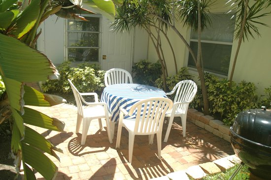 Sunny Place: Lovely yard