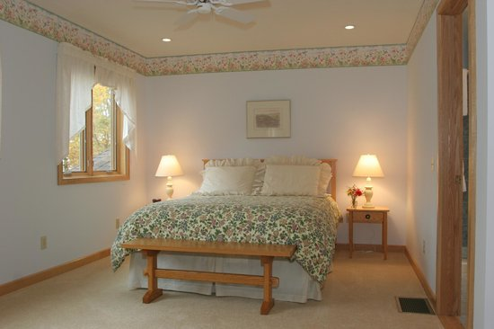 Sunrise Landing Bed and Breakfast: Morning Glory Bedroom