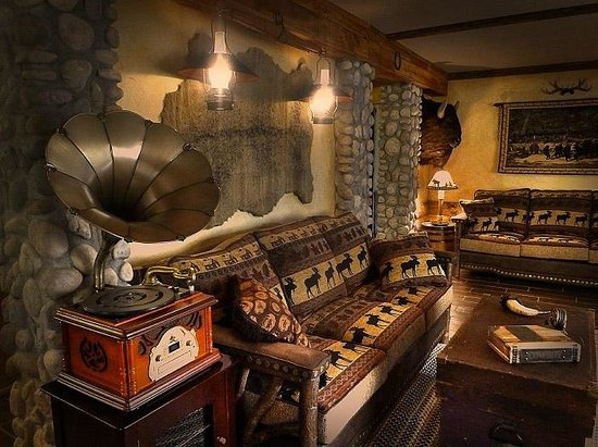 The Log House Lodge: Living Room of the Pioneer Suite