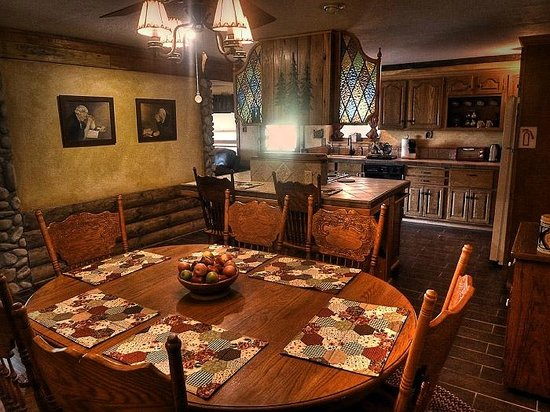 The Log House Lodge: The dining and kitchen area of the Pioneer Suite