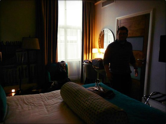 Hotel Indigo Edinburgh :                   Neil in the room