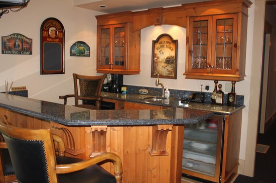 Dragonfly Dock Bed and Breakfast: Guest Lounge - Bar Fridge, Microwave, Coffee Pot, Kettle etc